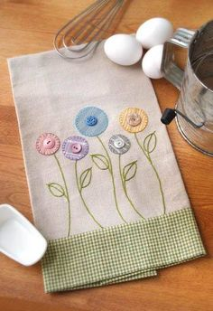 Inspiration for an apron bib. Garden Flowers Towel - Crafts 'n things Sewing Appliques, Applique Patterns, Applique Designs, Embroidery Applique, Embroidery Stitches, Machine Embroidery, Sewing Patterns, Fabric Crafts, Sewing Crafts
