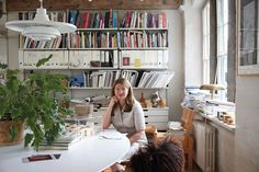 DECOSTORE → Abstract The Art of Design: a Designer de Interiores Ilse Crawford. Abstract The Art of Design por Netflix a Designer de Interiores Ilse Crawford. Where The Heart Is, Study Office, Home Office, Office Setup, Office Spaces, Soho House, Elle Decor, Design Firms, Danish Design