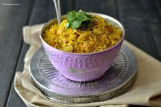 Enfin une recette indienne, cela faisait si longtemps! J'aime bien vous réserver des p'tites surprises, dans la mesure du possible,cela change vraiment des recettes aux fraises, nan ?! … ^_^ (Mais sachez que je n'ai pas dit mon dernier mot concernant les fraises !). Donc me revoici, le plateau rempli de petits bols de biryani au poulet, une recette indienne à base de riz basmati, d'un savoureux mélange d'épices et de petits morceaux de poulet( il est aussi possibled'y mettre des légu...