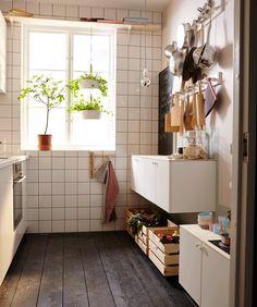 La même petite cuisine aménagée en chambre. Avec un convertible, un rideau fixé au plafond qui fait office de séparateur et une lampe de lecture au-dessus du lit.