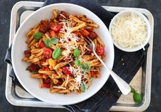 PASTA MED CHORIZO, PAPRIKA OG RØD PESTO Chorizo, Pesto, Kung Pao Chicken, Parmesan, Food And Drink, Ethnic Recipes, Dinners, Inspiration, Red Peppers