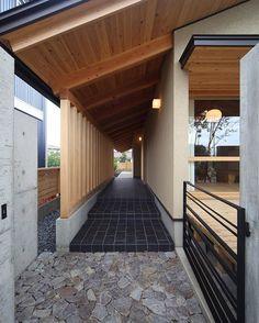 *おはようございます。 和田の家 玄関ポーチ アプローチの石畳から黒い玄昌石の床へとつながります。 黒い鉄製の門扉は金物作家の金森さんによる製作して頂いたもの。…