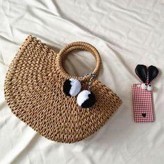 Women Straw Handbag Woven Plush Ball Beach Bag As low as $63.00 Retro Summer, Best Purses, Straw Handbags, Popular Bags, Cute Bags, Bago, Hobo Bag, New Fashion, Straw Bag