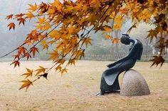 Cada mujer contiene un secreto: un enfoque, un gesto, un silencio.   Antoine Saint Exupery
