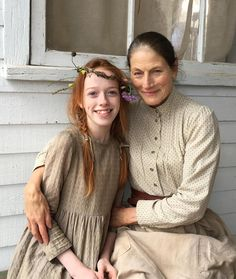 Amybeth McNulty and Geraldine James as Anne Shirley and Marilla Cuthbert in the CBC/Netflix drama series 'Anne with an E' based on the 1908 novel Anne of Green Gables by Lucy Maud Montgomery. Anne Shirley, Gilbert Blythe, Anne Of Green Gables, Jonathan Crombie, Geraldine James, Gilbert And Anne, Amybeth Mcnulty, Anne White, Cute Love Pictures