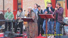 Iskra sul palco, insieme ai finalisti del concorso: la musica unisce tutti.