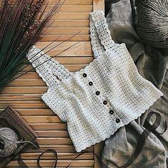 Вязаный топ — нужная вещь в гардеробе каждой девушки. Попробуйте связать его своими руками для любителей вязания. T-shirt Au Crochet, Beau Crochet, Mode Crochet, Crochet Woman, Crochet Blouse, Crochet Summer Tops, Crochet Bikini Top, Diy Kleidung, Crochet Fashion