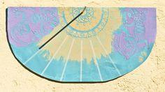 Eine Sonnenuhr ist immer spannend. Sie selbst zu gestalten und nach dem Sonnenstand exakt auszurichten, ist ein Experiment. Martina Lammel zeigt uns, wie es funktioniert.