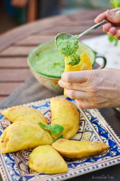 Recipe for Colombian empanadas & Aji Colombian Dishes, Colombian Cuisine, Colombian Recipes, Colombian Culture, Cuban Recipes, Samosas, Venezuelan Food, Empanadas Recipe, Recipe For Colombian Empanadas
