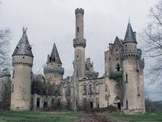 Abandoned Castle Chateau de Bagnac in France Abandoned Castles, Abandoned Mansions, Abandoned Places, Beautiful Castles, Beautiful Buildings, Old Buildings, Abandoned Buildings, Chateau De Maintenon, Photo Chateau