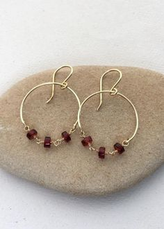 Wire Jewelry It's hard to believe these hoops stay balanced like this - but they do! So pretty and easy to DIY. Garnet Wire Wrap Hoop Earrings - Free Tutorial - Tutorial to make wire hoop earrings with garnet gemstone wire wrapped rosary bead chain Wire Earrings, Crystal Earrings, Wire Jewelry, Beaded Jewelry, Jewellery Box, Garnet Earrings, Stud Earrings, Dainty Earrings, Fall Jewelry