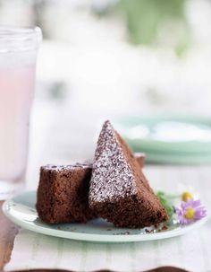 Recette Gâteau au chocolat Thermomix : Préchauffez le four à 180°C / th.6. Coupez le beurre en morceaux. Cassez les carreaux de chocolat et mettez-les dans le bol. Programmez 5 min / 50°C / vit 1. Ajoutez les oeufs et le sucre et mélangez 1 min / vit 4. Ajoutez la farine avec la levure et mé...