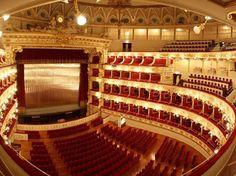 teatro-petruzzelli-bari TEATRO PETRUZZELLI – BARI Costruito nel 1903 è il più grande teatro privato d'Europa. Gravemente danneggiato da un grande incendio doloso venne ricostruito e inaugurato nel 2009.