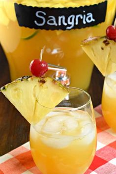 Pineapple Sangria is the perfect, refreshing summer drink! Packed with fruit, juice, and alcohol, you should whip up a batch today! Easy Delicious Recipes, Best Dessert Recipes, Sweet Desserts, Delicious Desserts, Tasty, Sweet Sangria Recipe, Sangria Recipes, Cocktail Recipes, Drink Recipes