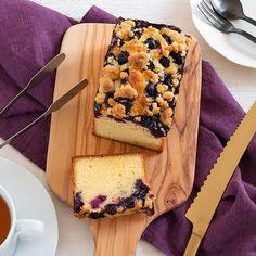 Blueberry crumble cake. ブルーベリーの季節ですね 今月の入門クラスは ブルーベリークランブルケーキを作ります . 今日は型をどうしようかなと思って2タイプ焼き比べてました これはマトファーパウンド型バージョン ぴしっとしてて美しい仕上がりはさすがマトファー様 . でももうひとつの案も捨てがたいんです それはまた次の投稿で