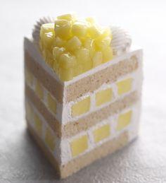 みずみずしくてスィートな 静岡県産の  マスク メロン。1点1点丁寧に育てられたメロンを贅沢に1/3個使用したエクストラスーパーメロンショートケーキが、 ホテルニューオータニ大阪1階のパティスリーSATSUKIから 登場した。     エクストラスーパーメロンショートケーキ ¥3,800     メロンの旨味を最大限に引き立てるべく、生地と生クリームにも厳選された素材を使用。 ...