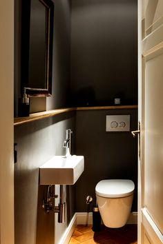 Wall color of guest toilet Guest Toilet, Downstairs Toilet, Small Toilet, Bathroom Closet, Bathroom Toilets, Bad Inspiration, Bathroom Inspiration, Bathroom Styling, Bathroom Interior Design