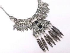 Maxi Colar estilo Boho Chic em metal prata velha com detalhes na cor preta. <br> <br>Comprimento: 45 cm + extensão <br>Altura até o final do pingente: 11 cm <br>Tamanho do Arco: 11 cm