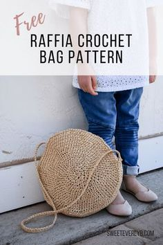 A free summer crochet pattern to make a raffia crochet bag. This will make a perfect beach bag.