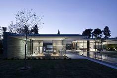Transparências e reflexos ditam casa minimalista