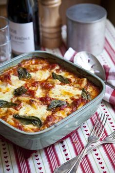 & tomato bake mozzarella, tomato and gnocchi bake- trying this & think it may even be freezer friendly.mozzarella, tomato and gnocchi bake- trying this & think it may even be freezer friendly. Veggie Recipes, Great Recipes, Vegetarian Recipes, Dinner Recipes, Cooking Recipes, Favorite Recipes, Healthy Recipes, Healthy Food, Drink Recipes