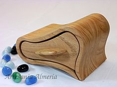 Joyas en madera - Fabrica de muebles macizos a medida en Tenerife Bandsaw Projects, Wood Projects, Woodworking Projects, Rustic Wood Box, Bandsaw Box, Wooden Jewelry Boxes, Wooden Art, Small Boxes, Wood Boxes