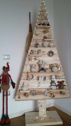 Original and cheap Christmas trees - Crafts Cheap Christmas Trees, Wooden Christmas Decorations, Pallet Christmas Tree, Christmas Mood, Xmas Tree, Christmas Projects, Christmas Ornaments, Holiday, Alternative Christmas Tree