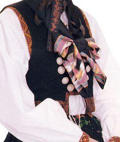 Numedal, Flesberg. Kongsberg. Drakta ble tatt i bruk på begynnelsen av 1800-tallet. Den var vanlig i Flesberg å bruke flere stakker utenpå hverandre, helt opp til syv stykker. I dag brukes normalt kun to eller tre lag. Drakten har endret seg en del opp igjennom årene etter hva slags materiale det var tilgang på og moten gjennom tidene.