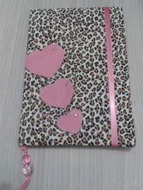 CADERNO TRÊS CORAÇÕES  forrado com tecido, manta acrílica, papel scrapbook e pedrarias - R$ 39,90