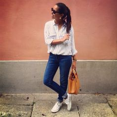 Zara striped shirt with jeans and my confy white converse all stars. Mango brown bag and ray ban sunglasses. #ooft