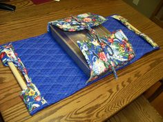 This is an easy casserole carrier to make. Double sided quilted fabric, two pieces and bias binding, a dowel rod. A couple seams and applying the binding and your done. Love the pattern and made at least 6 so far. Sewing Hacks, Sewing Tutorials, Quilting Projects, Sewing Projects, Fabric Crafts, Sewing Crafts, Quilt Patterns, Sewing Patterns, Pie Carrier