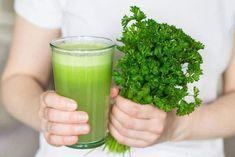 Los jugos son el complemento ideal a los hábitos saludables para mantener un peso adecuado. Tienen un sabor agradable, son naturales, nutritivos, económicos y sencillos de preparar. Las bebidas que veremos en esta ocasión tienen varios ingredientes en común aparte del perejil, como lo el el jengibre, manzana, remolacha, zanahoria y limón que no solo … Basil Health Benefits, Benefits Of Coconut Oil, Jus Detox, Calendula Benefits, Celery Juice, Bad Breath, Parsley, The Best, Vitamins