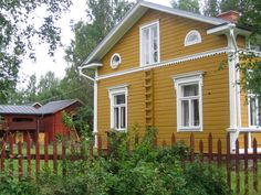 Single barge board on end, more substantial trim on front, including at level of windowsills on first floor. Yellow House Exterior, Cottage Exterior, Modern Farmhouse Exterior, House Paint Exterior, Exterior Colors, Exterior Design, Swedish Farmhouse, Swedish Cottage, Yellow Cottage