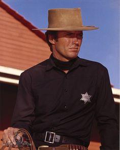 Still of Clint Eastwood in Hang 'Em High (1968) http://www.movpins.com/dHQwMDYxNzQ3/hang-/still-372868352