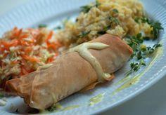 Forårsruller - Sprød strimlet hvidkål - knasende revet gulerod - lidt hakket løg - filodej  Serveres med soya, ris og salat