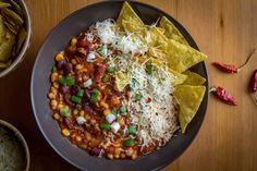 A+mexikói+chilis+babra+sokaknak+van+egy-egy+tuti+receptje.+Én+bemutatom+az+általam+kedvelt+változatot,+ami+nem+csak+könnyedén+és+gyorsan+elkészíthető,+hanem+roppant+ízlésesen+tálalható+is.+És+ha+ez+még+nem+lenne+elég:+laktató,+finom+és+értékes+rostokban+gazdag+fogás.    Alapanyagok+(6…