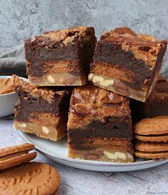 Recipe for Biscoff Slutty Brownies, a base of choc chip cookies, then Biscoff sandwich biscuits, then chocolate brownies with a Biscoff swirl. Also known as brookies! #thebakingexplorer #sluttybrownies #brookies #biscoffbrownies Tray Bake Recipes, Baking Recipes, Cake Recipes, Dessert Recipes, Biscoff Cake, Biscoff Cookies, Chip Cookies, Biscoff Biscuits, Biscoff Recipes