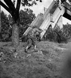 """An American soldier, carrying a Browning water-cooled machine gun in addition to his personal sub-machine gun (aka """"grease gun"""") moves into position near Metz. Ww2 History, Military History, D Day Ww2, Us Army Uniforms, 4th Infantry Division, Military Modelling, Military Photos, American Soldiers, World War Two"""