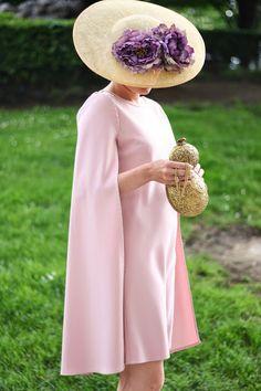 Invitada a boda: pamela con flores y vestido con capa.