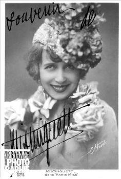 """Portrait dédicacé de Mistinguett (1875-1956), chanteuse française de music-hall, dans """"Paris-Miss"""", Casino de Paris, 1929-1930"""