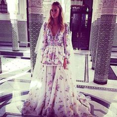 Frequently spotted in light summery dresses in bright colors with a romantic edge, Poppy Delevingne is a certified queen of boho chic. A gypsy look with serious style credentials, this is a look to copy for summer. Couture Mode, Style Couture, Couture Fashion, Boho Fashion, Style Fashion, Poppy Delevingne Wedding, Cara Delevingne, Robe Baby Doll, Gypsy Look