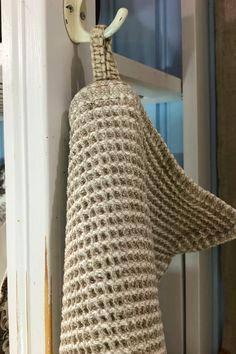 Vohvelipellavan ruudut tulevat esiin ensimmäisen pesun jälkeen. Kangasta ei tarvitse silittää tai mankeloida, vaan se saa näyttää luonnolliselta. Tablet Weaving, Paper Crafts, Diy Crafts, Bookbinding, Home Textile, Embroidery Stitches, Crochet Top, Upcycle, Handmade Items
