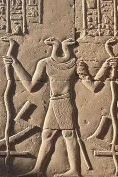 Egyptian Temple, Luxor Temple, Ancient Art, Ancient Egypt, Shield Drawing, Egyptian Mythology, Photos Du, Columns, Middle