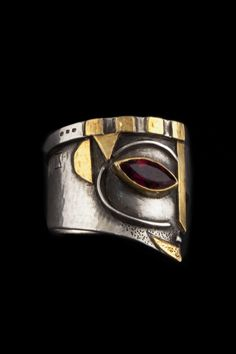 "LINDA LADURNER- Ring ""Darius-King's head""  ca.2009 Silver, gold, garnet. Bague tête de roi, pièce unique,  argent, or, grenat."