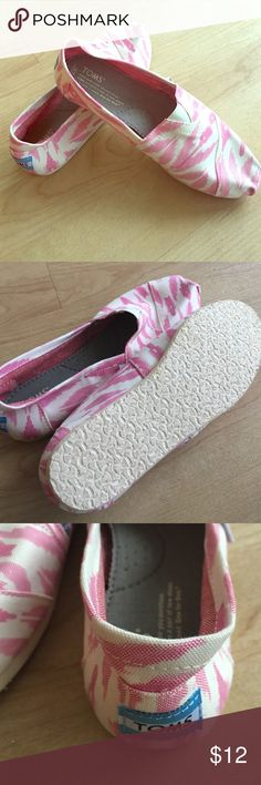 Worn once pink Ikat TOMS Perfect for fall weekends or a day at school! Pink and white ikat print original TOMS flats style! TOMS Shoes Flats & Loafers