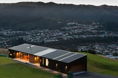 View the stunning Hau Nui House by Tennent Brown Architects and Master Builder Scotty's Construction, Wellington. Contact Scotty's today. Modern Barn House, Modern Small House Design, Modern Cottage, Casas Containers, Long House, Narrow House, Shed Homes, House Roof, Building A House