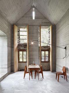 200 jaar oude cabin getransformeerd in een architecturaal hoogstandje door Buchner Bründler Architekten (Zwitserland)