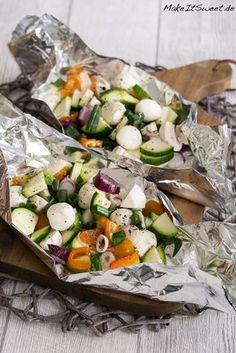 Receta de paquetes de vegetales de mozzarella a la parrilla - MakeItSweet.de - Receta de mozzarella a la parrilla y paquetes de verduras con cebolletas, tomates, champiñones y ca - Barbecue Recipes, Grilling Recipes, Beef Recipes, Salad Recipes, Vegetarian Recipes, Snack Recipes, Healthy Recipes, Barbecue Bbq, Potato Recipes
