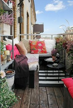 balkon gestaltungsideen teppich farbige dekokissen beistelltische