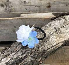 Gumička v modro-bielej farbe, vyrobená z umelých kvietkov Floral, Rings, Flowers, Jewelry, Colors, Jewlery, Jewerly, Ring, Schmuck